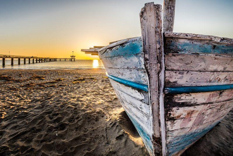 łódź na plaży